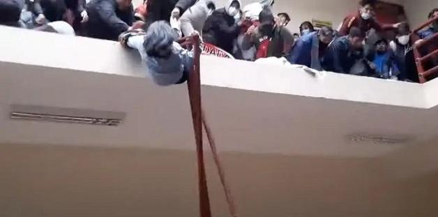 Не выдержали перила: В университете Боливии из-за давки погибли 5 студентов