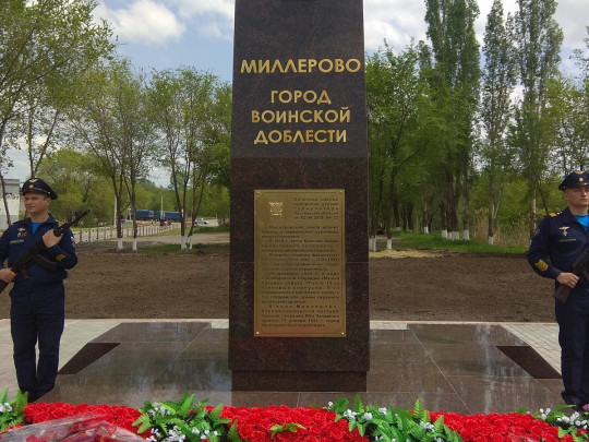 В России разваливающийся памятник героям «починили» скотчем