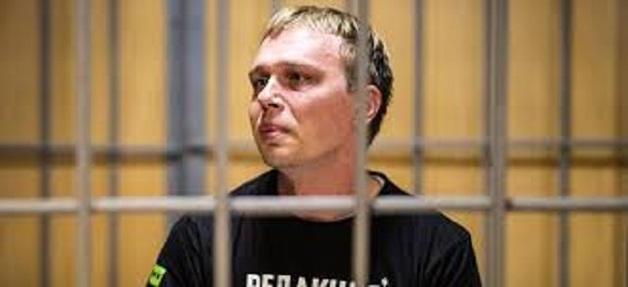 Иван Голунов показал видео с подбросом ему наркотиков полицейскими