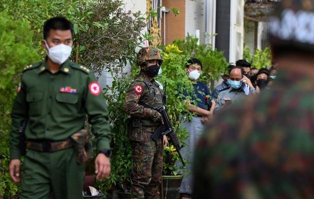 Чрезвычайное положение и убийства демонстрантов: что происходит в Мьянме после военного переворота