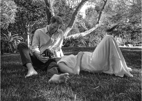 Беременная Меган Маркл и принц Гарри поделились новым семейным фото с сыном