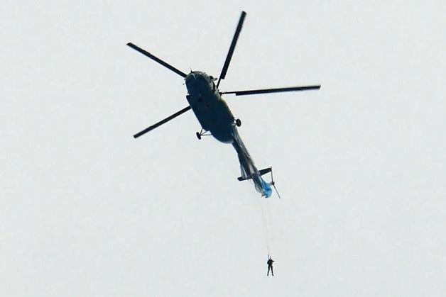 В России парашютист зацепился за вертолет во время прыжка