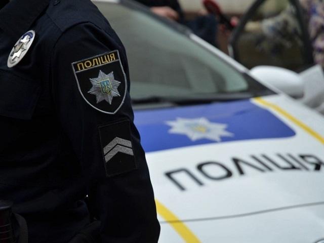 В Киеве банда разгромила и ограбила кафе, бросив на продавщицу холодильник