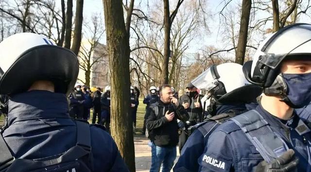 В Варшаве предприниматели устроили протесты в 11-ю годовщину Смоленской катастрофы. Есть задержанные