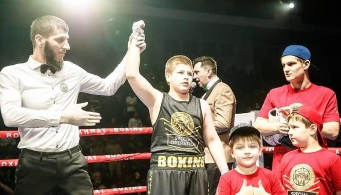 13-летний сын Кадырова «победил» соперника в боксерском поединке нокаутом без нокаута