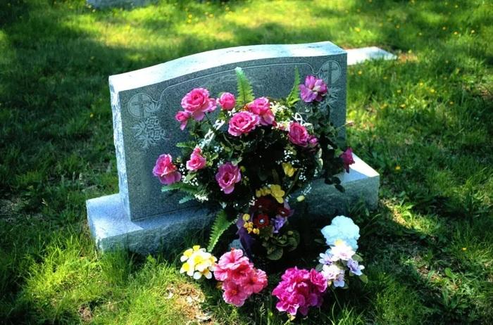 В Австралии родители похоронили транс-подростка в двух могилах из-за спора об имени на памятнике