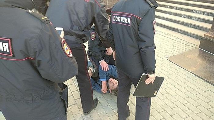 В Екатеринбурге на жестко задержанного правозащитника «ОВД-Инфо» составили 4 протокола