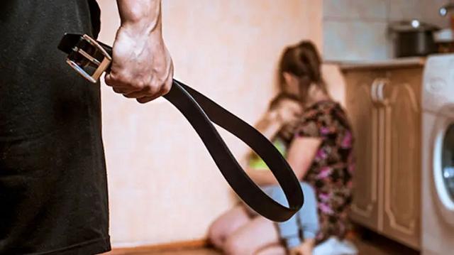 Под Тернополем полиция выломала двери в квартиру, чтобы спасти женщину от семейного насильника