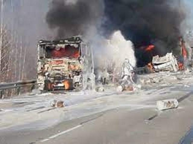 Взрыв после аварии бензовозов и фуры на трассе в России попал на видео