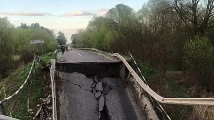 Во Львовской области обрушился автомобильный мост