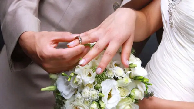 Жених решил расплатиться со свадебным музыкантом пивом и подружками невесты