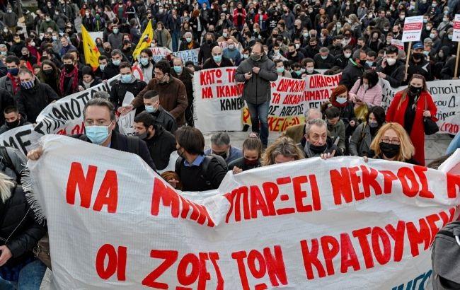 В Греции массовые забастовки за трудовой закон. В Афинах остановился весь общественный транспорт