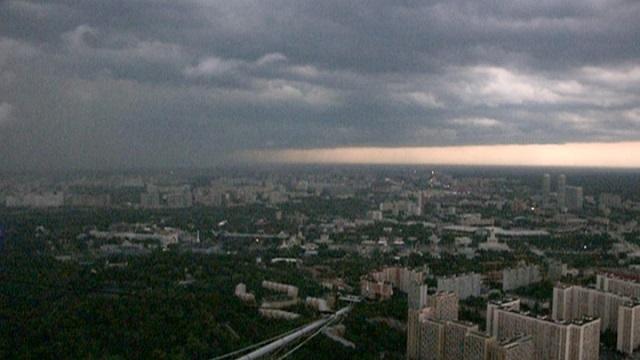 На Москву обрушился ураган: он ломает деревья и разбивает окна