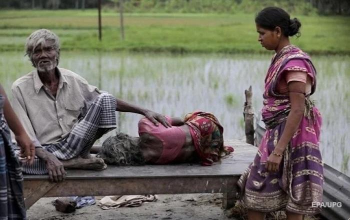 В Индии обнаружили десятки тел жертв Covid в реке Ганг