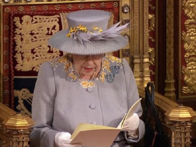 Без короны и кареты: королева Елизавета II выступила с тронной речью в парламенте