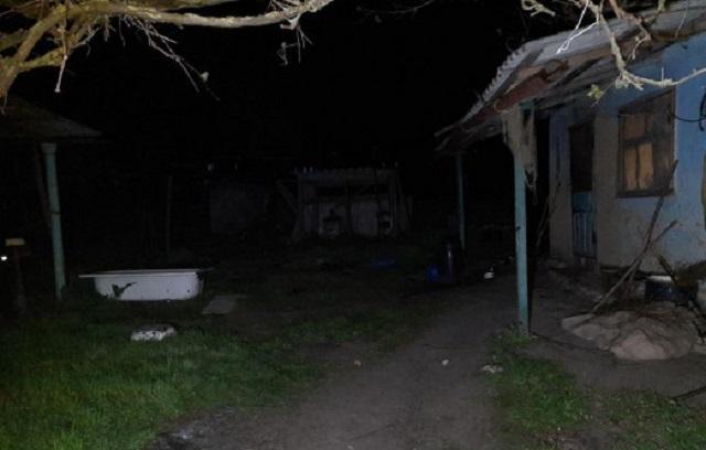 Облил горючим веществом и бросил зажигалку: под Одессой мужчина пытался сжечь соседку