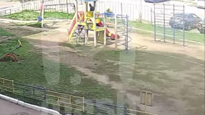 Появилось видео, как казанский стрелок идёт мимо детской площадки в гимназию