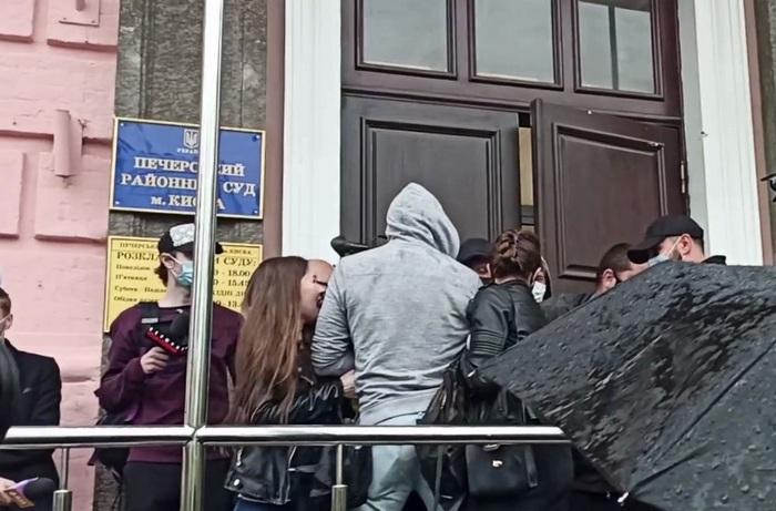 Дело Медведчука: под Печерским судом возникла потасовка