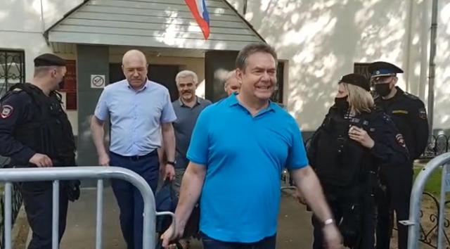 Освобожденного Платошкина с сумочкой встретили рёвом