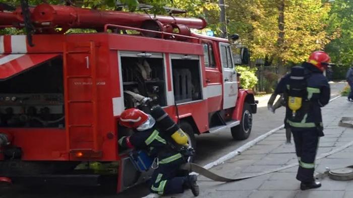 Пылает брошенное авто. Появилось видео пожара в центре Киева, где сгорел автомобиль