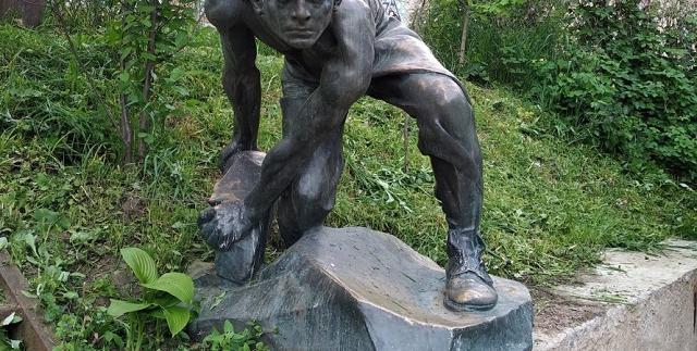 """На киевскую художницу Евгению Моляр напал депутат от """"Батькивщины"""" из-за скульптуры Шадра"""