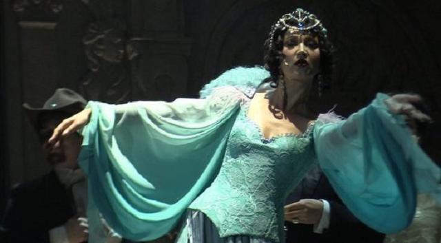 Бузова в роли Бэллы Шанталь спела со сцены МХАТа: неловкие кадры