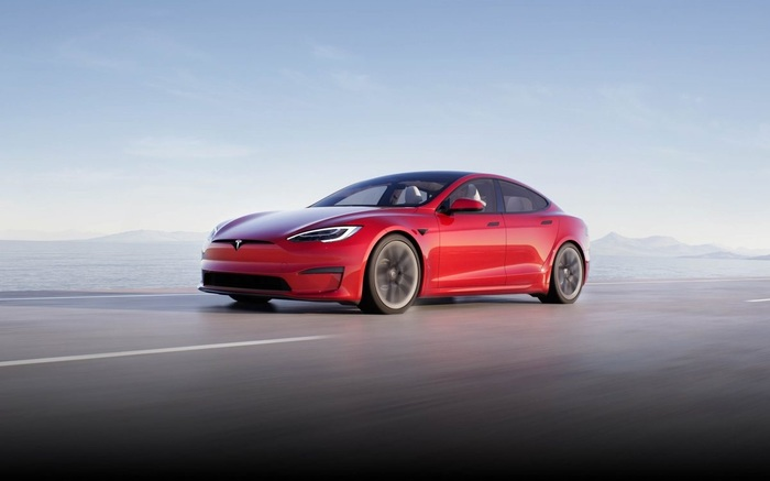 2 секунды до 100км/ч: Tesla начала поставки самой быстрой и дорогой модели