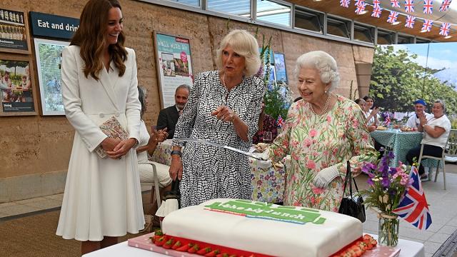 Королева Великобритании отказалась резать торт ножом и взяла саблю