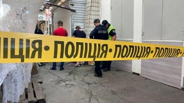 На рынке Мариуполя ранее судимый мужчина точным ударом пинцета в шею убил оппонента почти на 20 лет младше