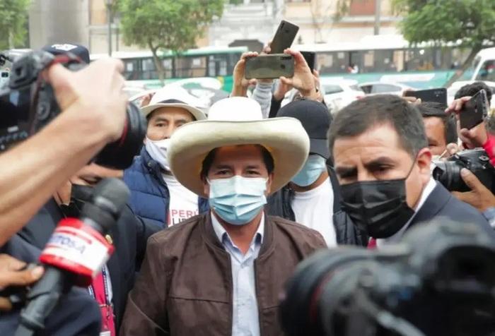 В Перу выбрали президентом учителя начальной школы