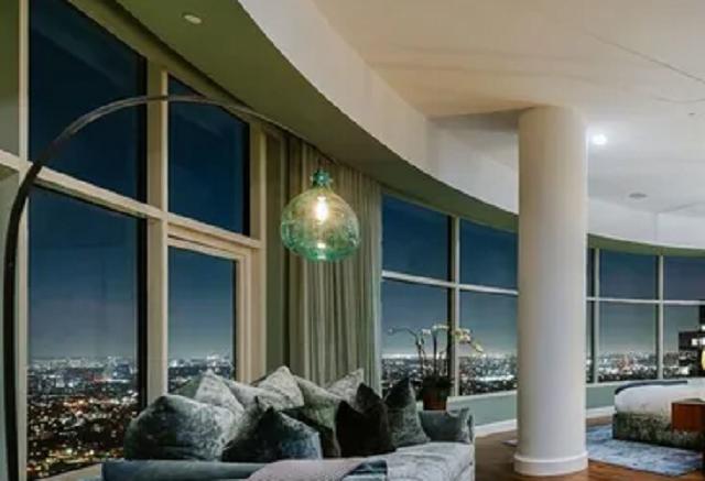 """Звезда """"Друзей"""" продал одну из самых дорогих квартир Лос-Анджелеса: фото из """"особняка в небе"""""""