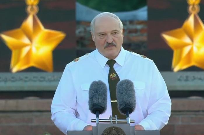 Лукашенко заявил, что Германия должна еще 100 лет стоять на коленях перед Беларусью
