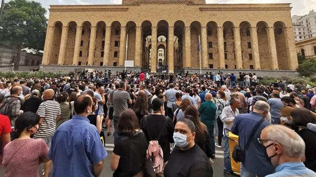 В Грузии начались протесты из-за смерти избитого ЛГБТ-противниками оператора