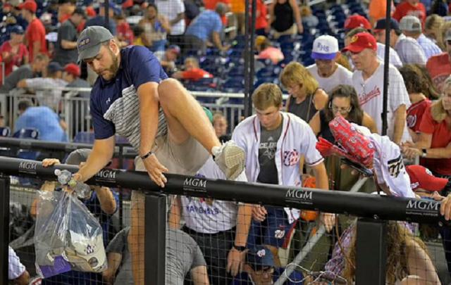 В Вашингтоне бейсбольный матч прервали из-за стрельбы. На стадионе возникла паника
