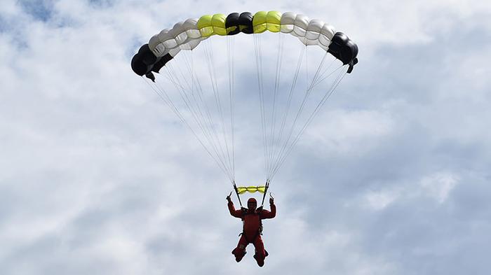 Зрелище ужасное, – парашютиста, которого в Киеве унесло ветром, спасли