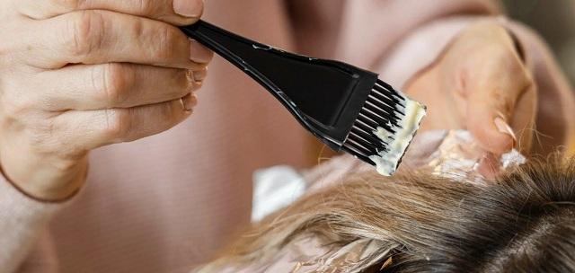 """На Ривненщине парикмахер """"сняла скальп"""" с девушки при окрашивании"""