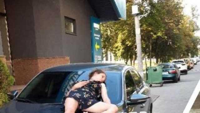 Кровати не было: днепрянка уснула на капоте чужой машины