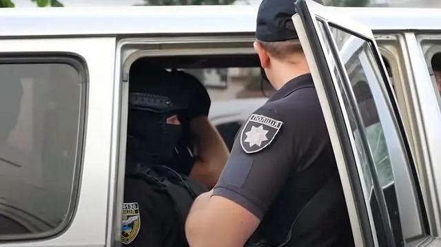 В селе под Черновцами жених устроил стрельбу в воздух из окна свадебного авто. Теперь ему грозит 7 лет тюрьмы