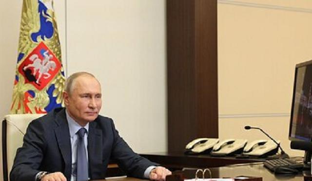 Путин пообещал Эрдогану продолжить помогать с тушением пожаров в Турции