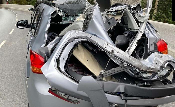 Водитель в Норвегии выжил после падения на авто глыбы весом в тонну