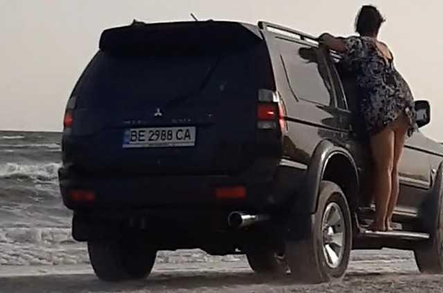 «Это лауреат на звание автобыдло года»: в сети опубликовали видео с внедорожником, который застрял в море на Николаевщине