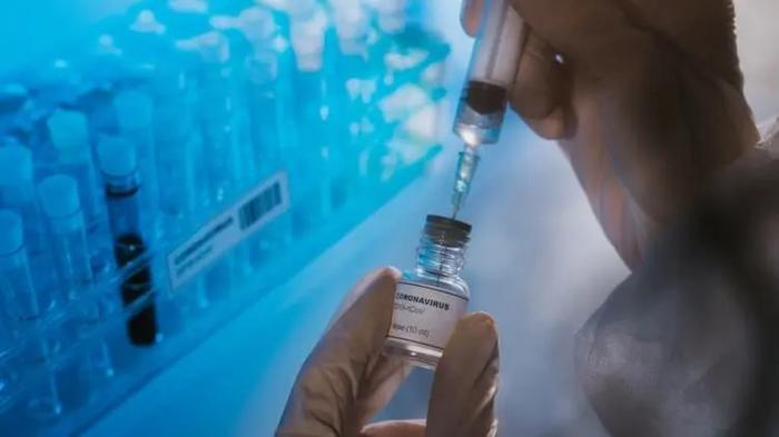 Молодым людям Британии за вакцинацию от коронавируса дадут такси и пиццу