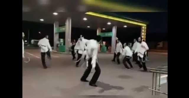 На закарпатской заправке хасиды устроили танцевальную вечеринку