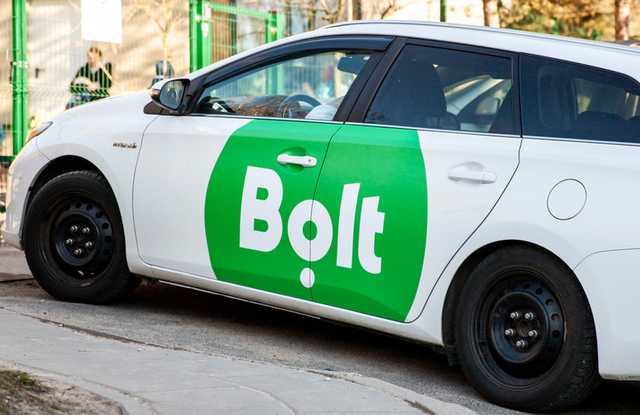 В Киеве группа велосипедистов набросилась на водительницу такси Bolt