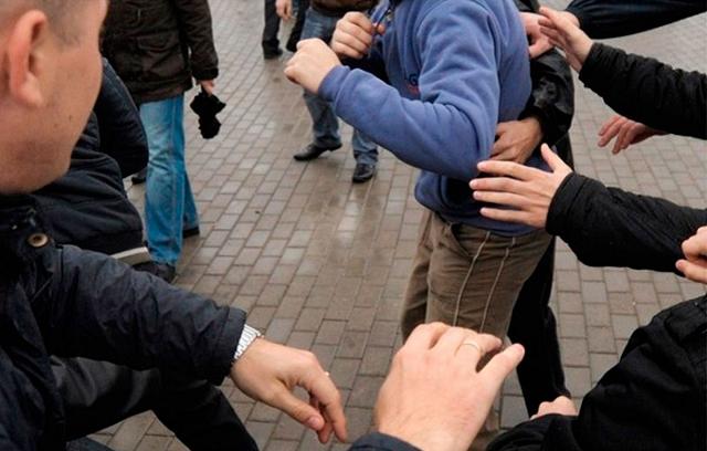 Били ногами и заливали из баллончика: в Киеве толпа подростков напала на дедушку