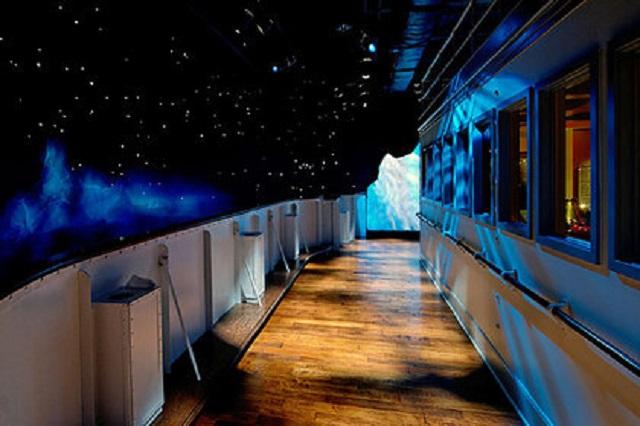 В музее «Титаника» на посетителей упала стена в виде айсберга