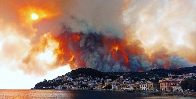 """""""Приближается к домам"""": в Греции объявили эвакуацию из-за бушующих пожаров"""