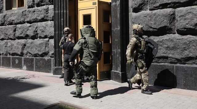 Полиция откроет против захватчика Кабмина дело по четырем статьям. Ему может грозить до 15 лет тюрьмы