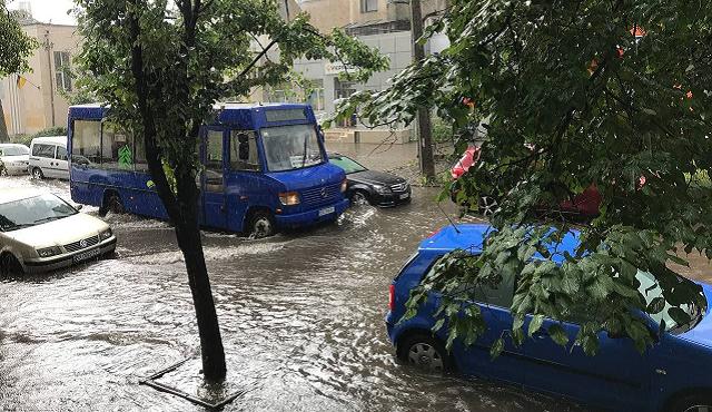 """Мощный ливень затопил Хмельницкий: город """"поплыл"""""""