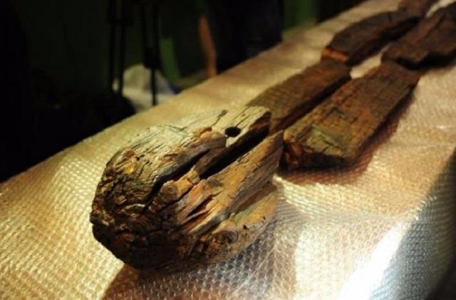 Археологи подали жалобу на жителей, которые пытались закопать их из-за опасений вышки 5G